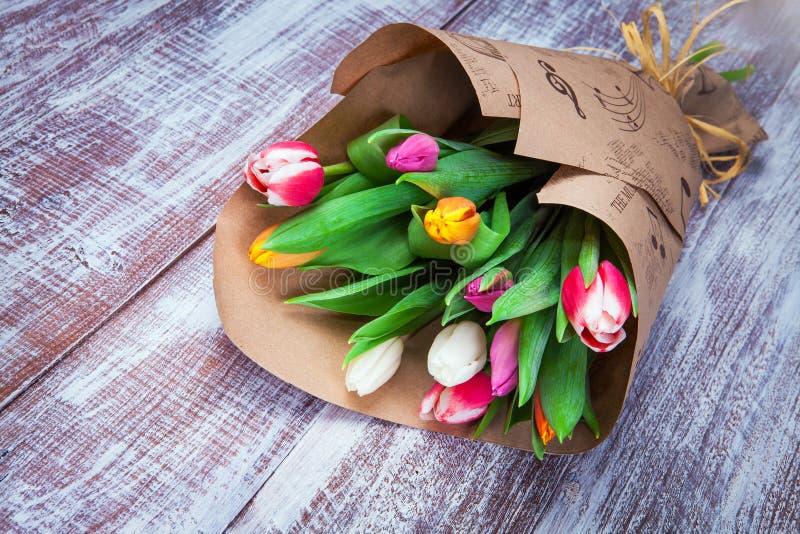 Des tulipes est enveloppées dans un papier photo stock