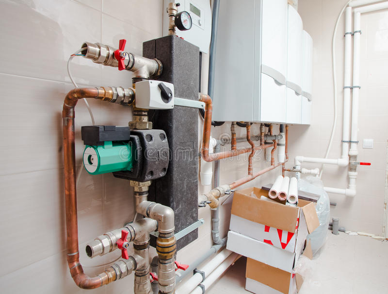 Des tuyaux de tuyauterie du système de chauffage sont installés en appartement images libres de droits