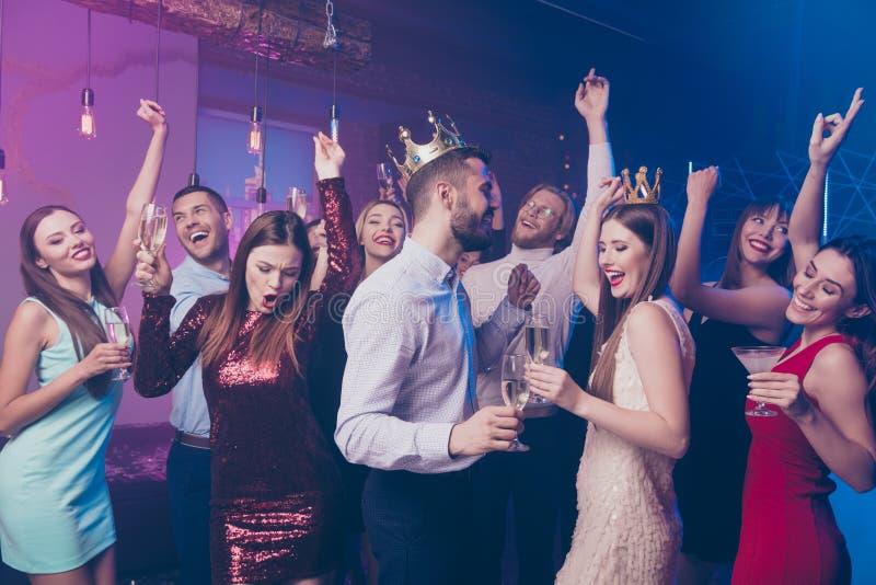 Des Universitätsleutegriff-Handglases der Freiheit verrücktes wildes Tanzboden-Feierereignis-Diskothek formalwear bewegliches stockbilder