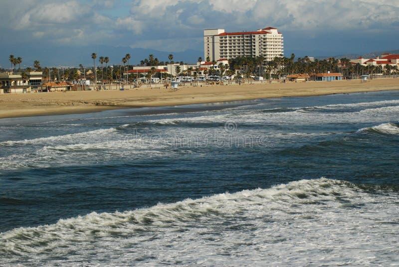 Des vagues se glissent sur le rivage images stock
