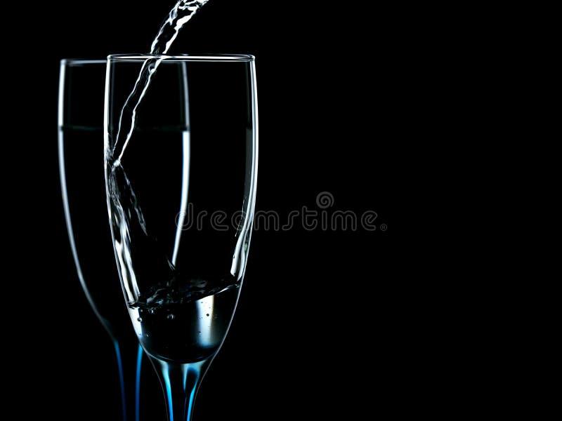 des verres est versés avec de l'eau l'eau propre image libre de droits