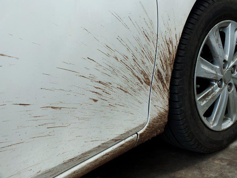 Des voitures de boue dues à l'entraînement de saison des pluies devraient être nettoyées et polies photos stock
