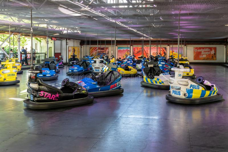 Des voitures de pare-chocs pleines de couleurs et garées au hasard dans un parc d'attractions photographie stock