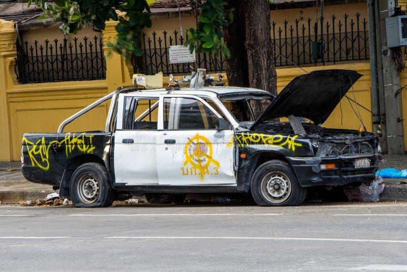 Des voitures de police de la Thaïlande ont été détruites image stock