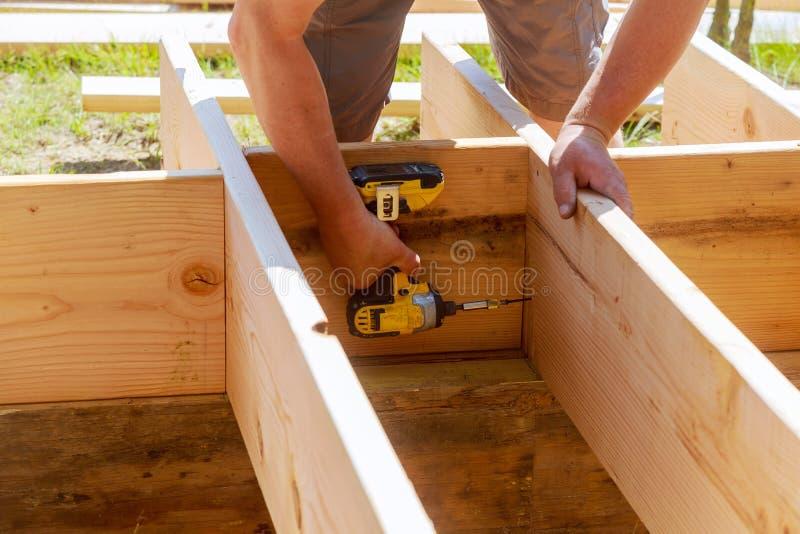 Des in voller Länge bohrendes Holz Tischlers an der Baustelle lizenzfreies stockbild