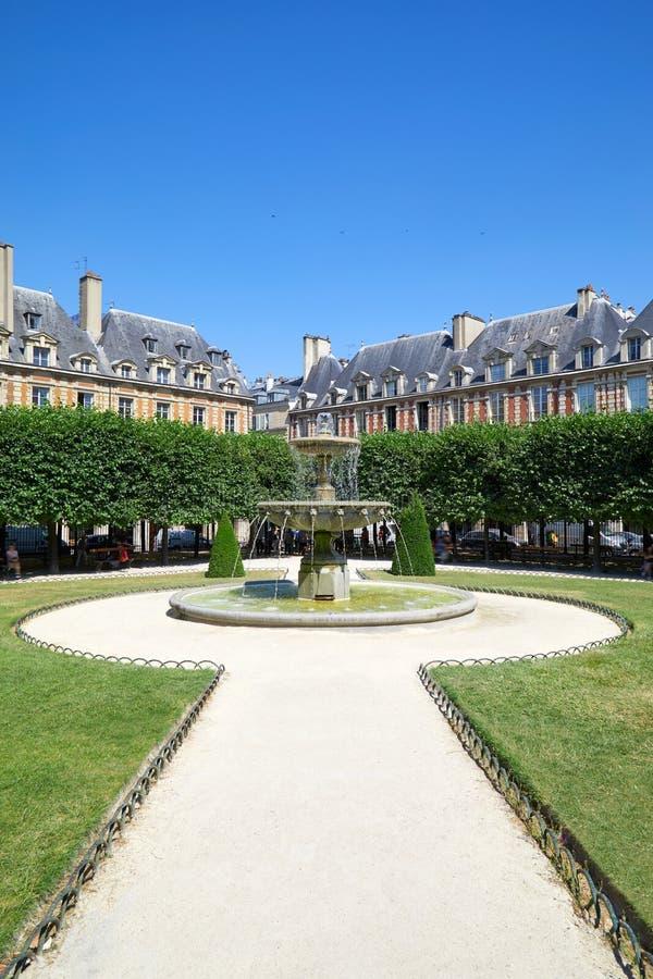 DES VOSGES, chemin d'endroit avec la fontaine dans le jardin à Paris dans un jour ensoleillé, ciel bleu clair photographie stock libre de droits