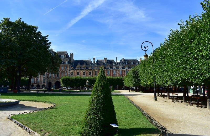 DES VOSGES, la place la plus ancienne d'endroit ? Paris Secteur de Le Marais Paris, France photo libre de droits