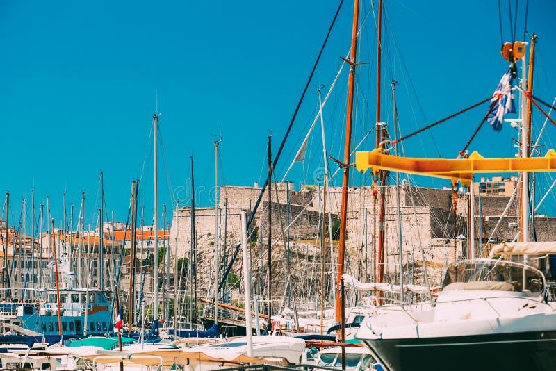 Des yachts blancs sont amarrés au pilier de ville, la jetée, port à Marseille, France Vieille forteresse sur le fond photo libre de droits