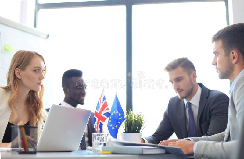 Desacordos entre os líderes da União Europeia e Grâ Bretanha na reunião Brexit foto de stock