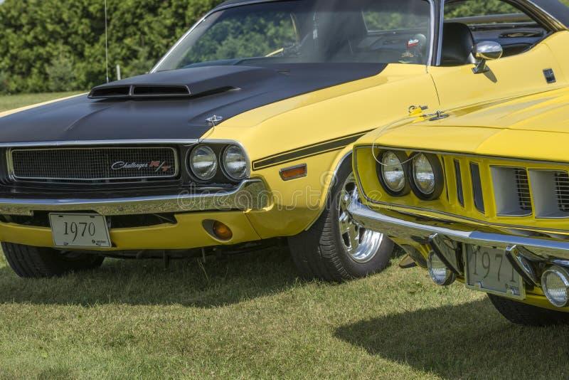 Desafiador de Dodge e parte frontal do cuda imagens de stock