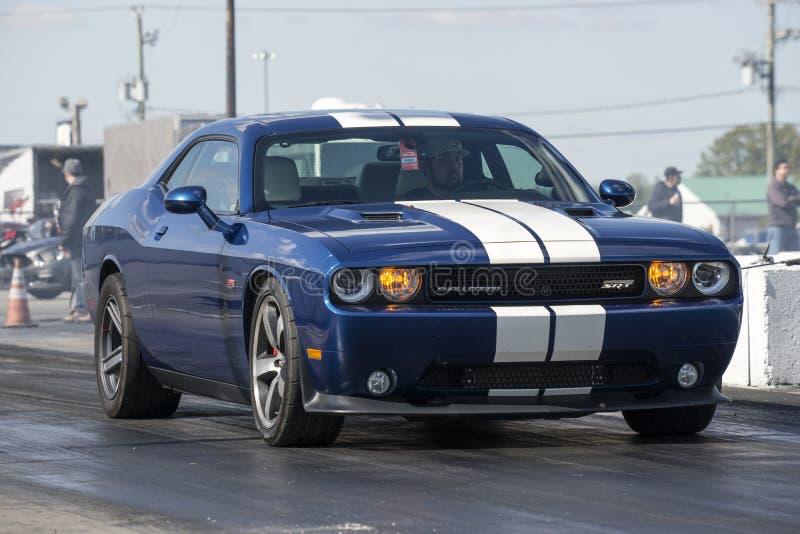 Desafiador de Dodge en la pista foto de archivo