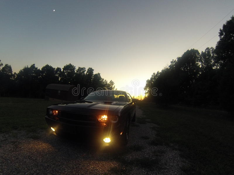 Desafiador de la puesta del sol imagen de archivo