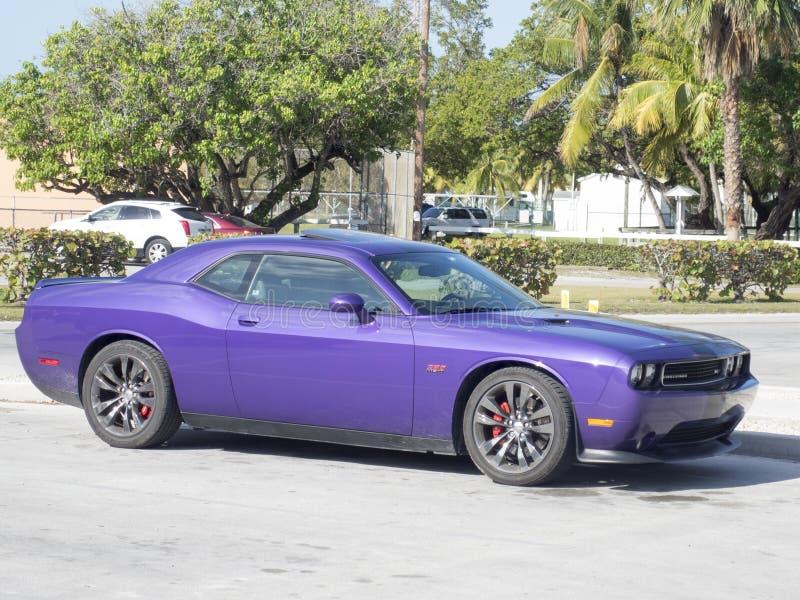 Desafiador púrpura de Dodge fotos de archivo