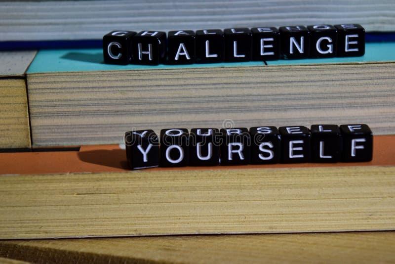 Desafio você mesmo em blocos de madeira Conceito da motivação e da inspiração fotografia de stock