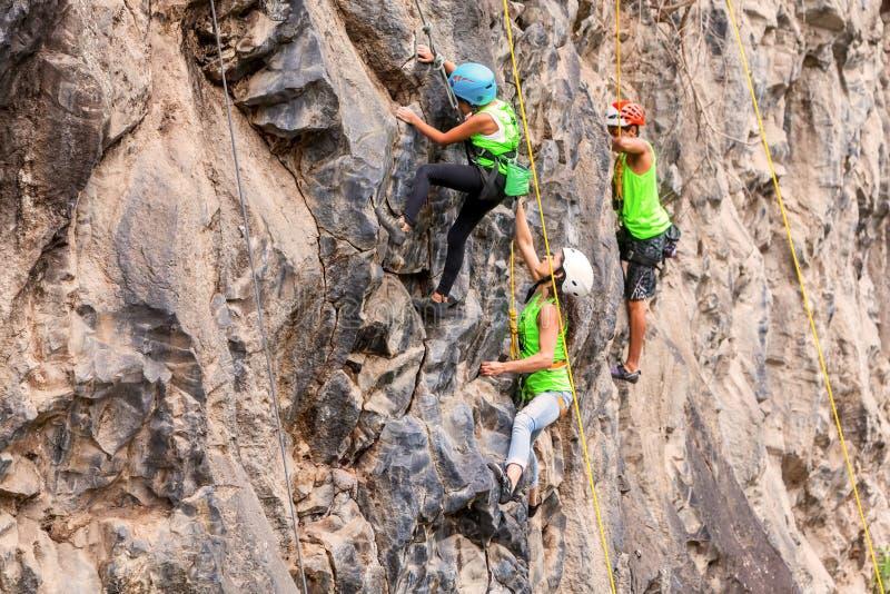 Desafioal Basalto DE Tungurahua, Groep klimmers die een rotsmuur beklimmen stock foto's