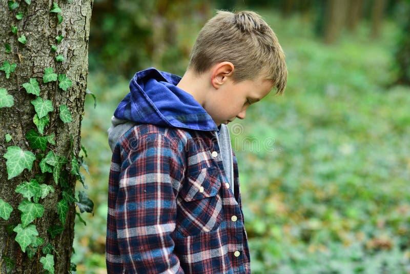 Desamparado y tímido Pequeño huérfano El pequeño niño es huérfano Niño lindo solamente en bosque El último niño es huérfano tempr fotografía de archivo libre de regalías