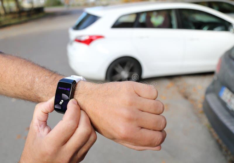 Desaparcar un coche autónomo con un smartwatch fotos de archivo libres de regalías