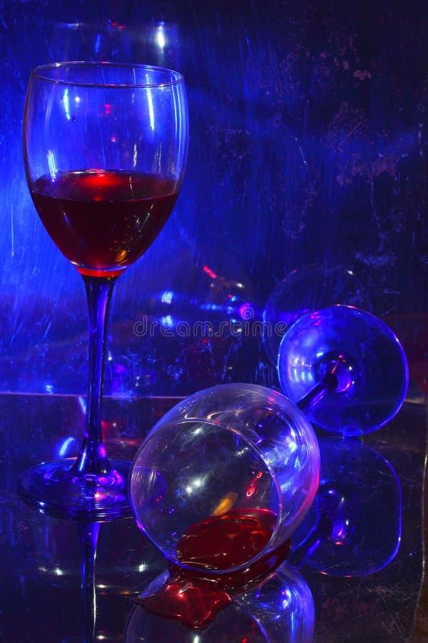 desapontamento Vidros O vinho engarrafado fotografia de stock