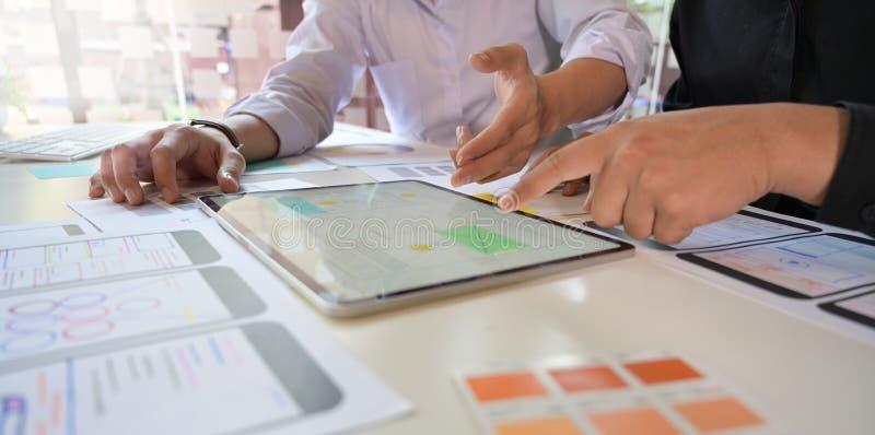 Desarrollador móvil del app del bosquejo del equipo del diseñador de UX fotos de archivo