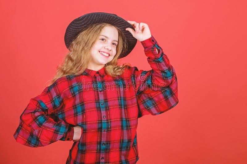 Desarrolle el talento en carrera Habilidades de actuaci?n practicantes del ni?o art?stico de la muchacha con el sombrero negro Ac imágenes de archivo libres de regalías