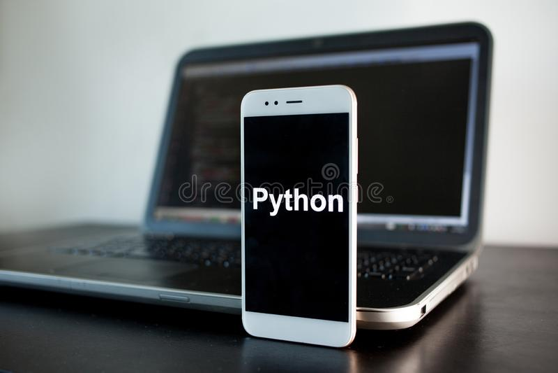 Desarrollo de aplicaci?n m?vil, lenguaje de programaci?n de Python para el desarrollo m?vil fotos de archivo libres de regalías