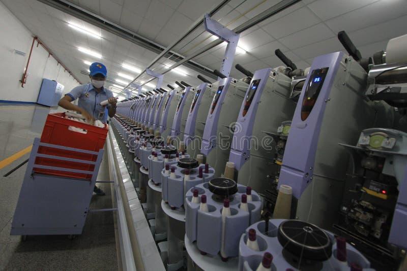 Desarrollo de la industria de ropa en trabajo absorbente imagenes de archivo