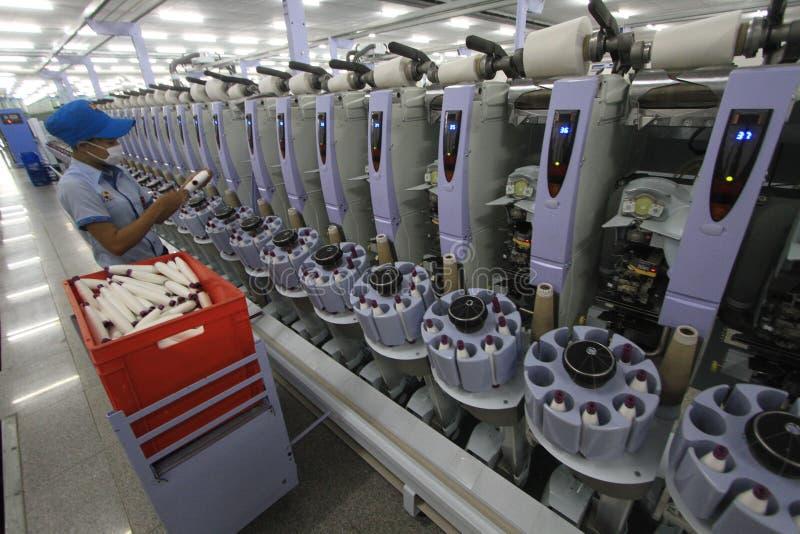 Desarrollo de la industria de ropa en trabajo absorbente imagen de archivo libre de regalías
