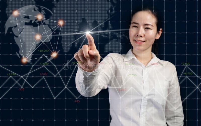 Desarrollo de negocios al éxito y al concepto de conexión, empresaria que señala bolsa de acción virtual del interfaz imagenes de archivo