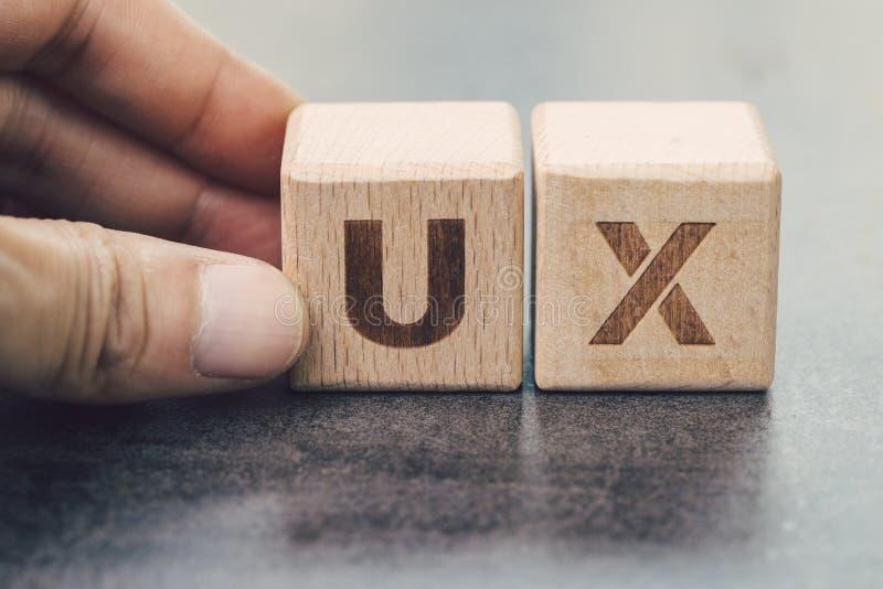 Desarrollo de UX, concepto de diseño de la experiencia del usuario, Cu del edificio de la mano imágenes de archivo libres de regalías