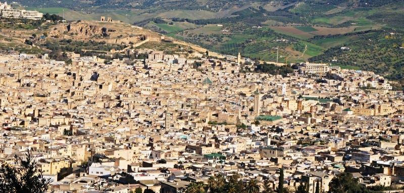 Desarrollo muy denso y cercano de las manzanas de la ciudad marroquí antigua de Fes en la África del Norte fotos de archivo