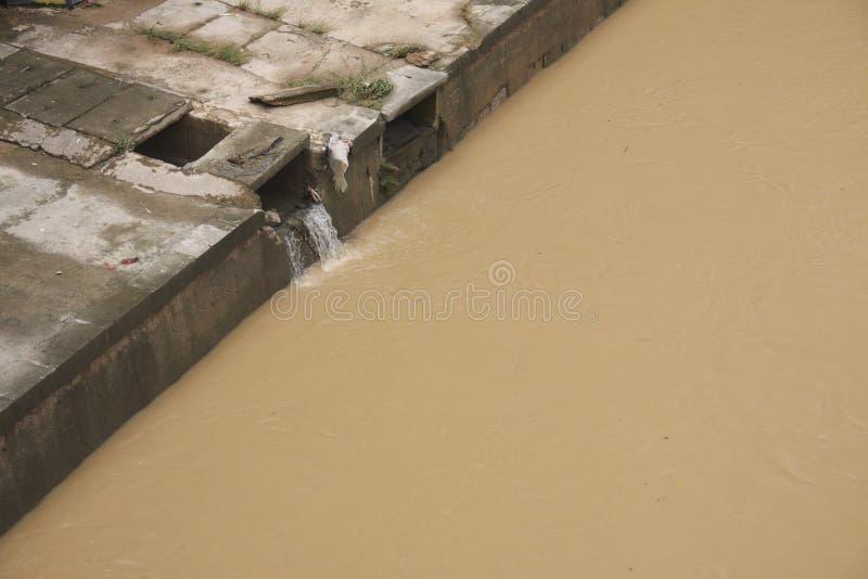 Desastre de Eco, poluindo o rio. imagens de stock