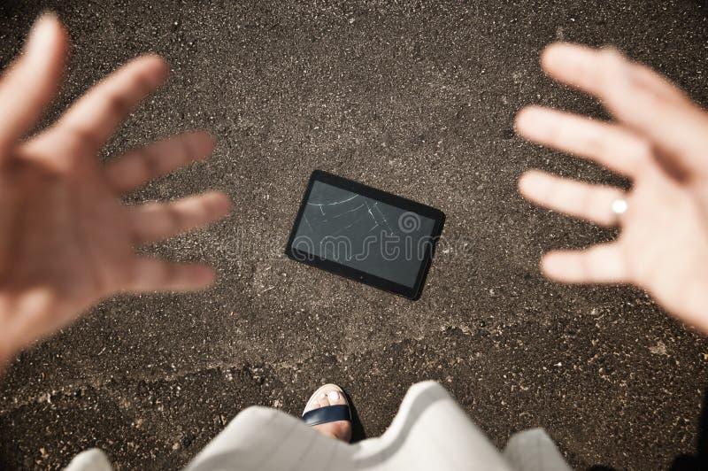 Desastre - dispositivo quebrado da tabuleta, ponto de vista fotografia de stock