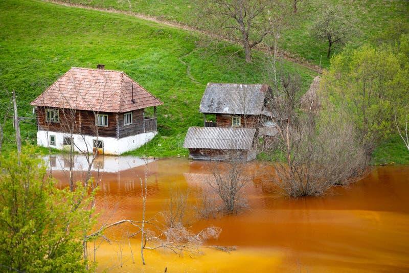 Desastre ecol?gico: contaminaci?n del cianuro en el lago Geamana cerca de Rosia Montana, Rumania fotos de archivo