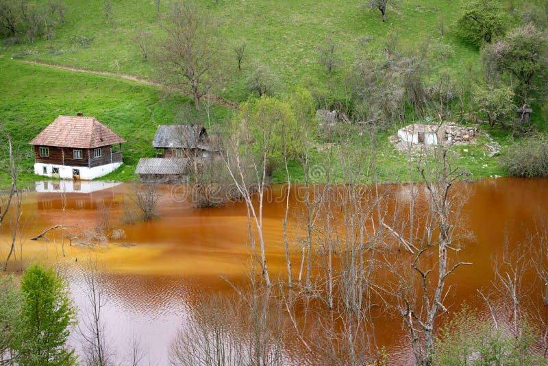 Desastre ecol?gico: contaminaci?n del cianuro en el lago Geamana cerca de Rosia Montana, Rumania imagen de archivo