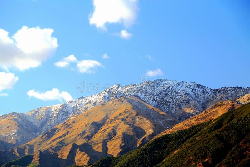Desatención de la montaña de la nieve en área escénica del suelo rojo de Dongchuan foto de archivo libre de regalías