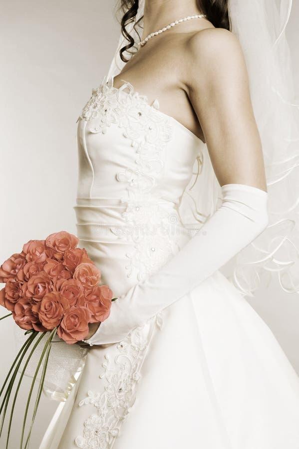 Desaturated Bild der jungen Frau im Hochzeitskleid lizenzfreie stockbilder