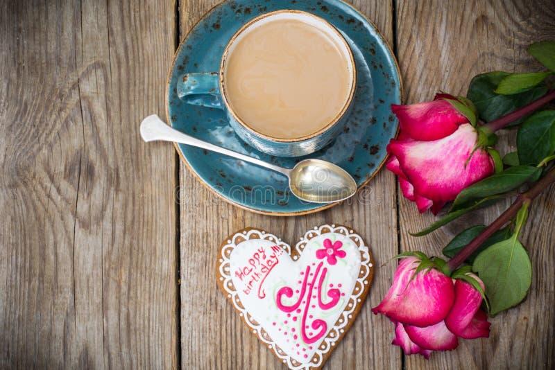 Desayune al cumpleaños del café con los wi de la leche y del pan de jengibre imagen de archivo libre de regalías