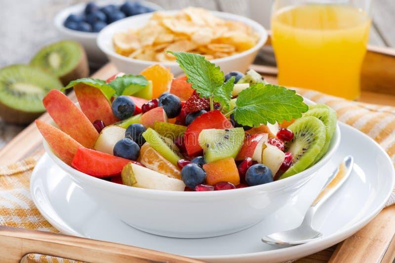 Desayune con la ensalada de fruta, los copos de maíz y el zumo de naranja imágenes de archivo libres de regalías