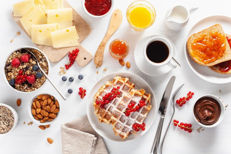 Desayune con las nueces de la baya del granola, galleta, tostada, atasco, chocolat imagen de archivo