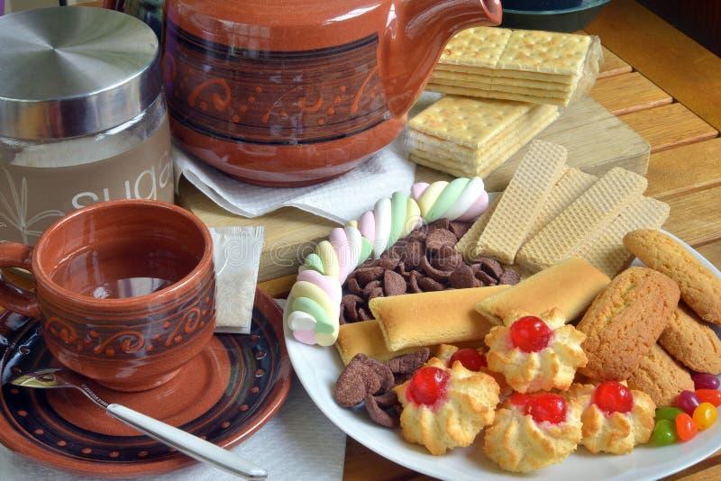 Desayune en casa con té y galletas imagen de archivo libre de regalías