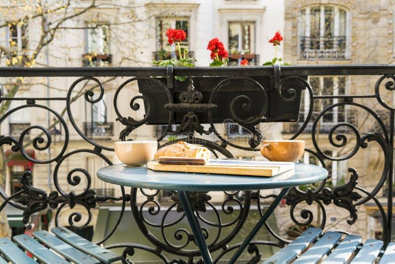 Desayune en el balcón en París en primavera fotos de archivo