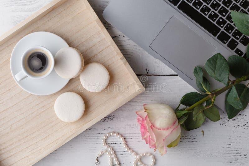 Desayune en la cama, una bandeja de café, cruasanes, atasco, flores Lo foto de archivo