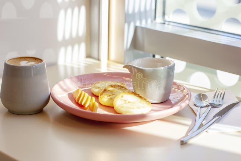 Desayune en los pasteles de queso del café con la fruta y el café, li duro imagenes de archivo