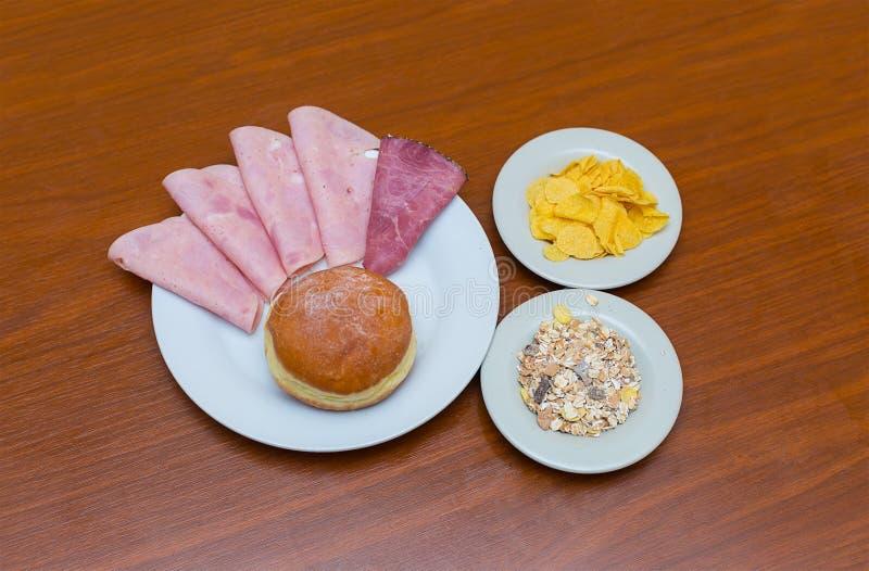 Desayune para dos para los copos de maíz cortados salchicha de cada del gusto muesli del buñuelo fotografía de archivo libre de regalías