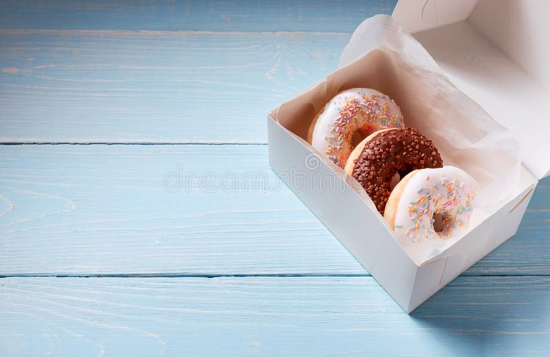 Desayune para los amigos, anillos de espuma en una caja fotografía de archivo libre de regalías