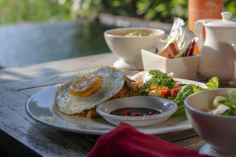 Desayune por la piscina en centro turístico tropical en Bali Verano exótico imagenes de archivo