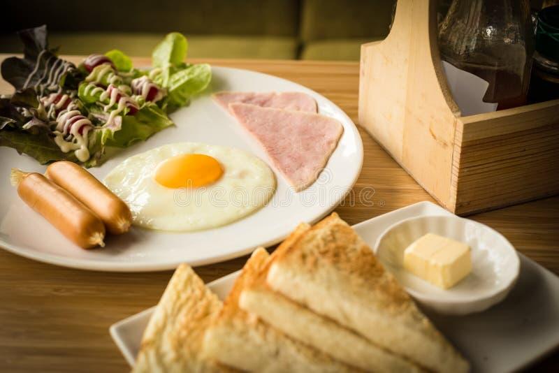 Desayuno americano fijado con la salsa de tomate fotos de archivo