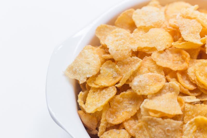 Desayuno ascendente cercano del cereal de los copos de maíz de la imagen en el cuenco blanco en wh imagen de archivo libre de regalías