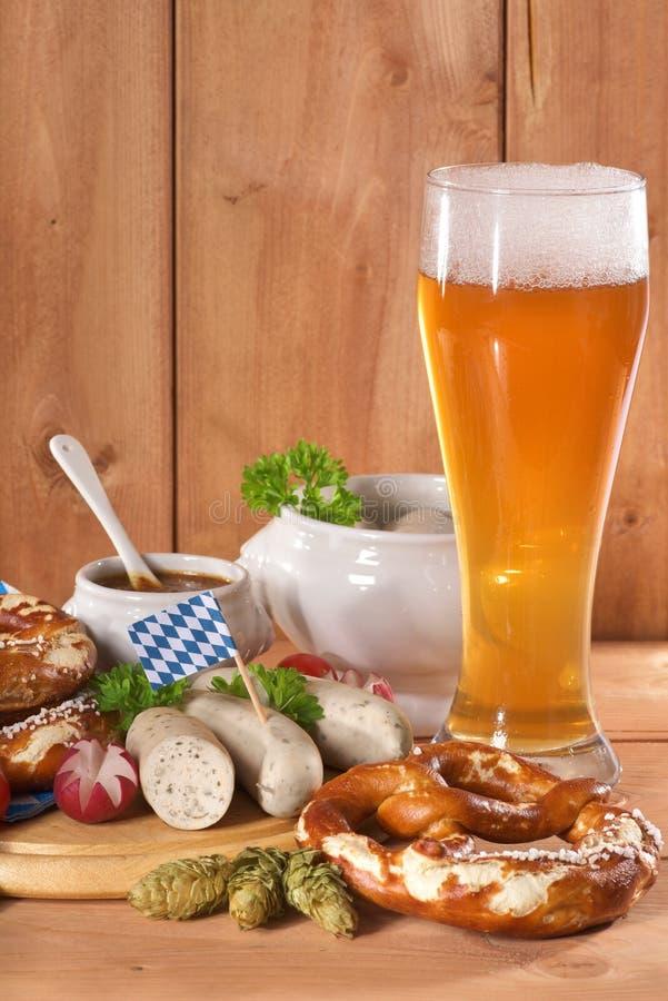 Desayuno bávaro de la salchicha de la ternera foto de archivo