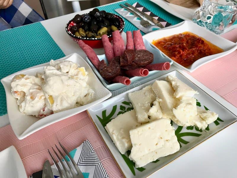 Desayuno bosnio tradicional con Soka, Sucuk/Sujuk, el jamón y la pimienta roja con crema de la mantequilla foto de archivo